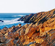 Imagen de formación rocoso cerca del océano