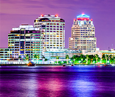 Imagen de West Palm Beach, FL de noche
