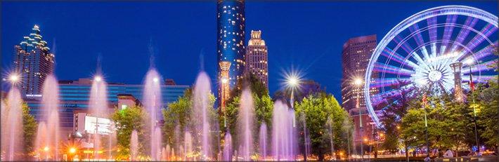 Atlanta/fuentes iluminadas a la noche; rueda de la fortuna